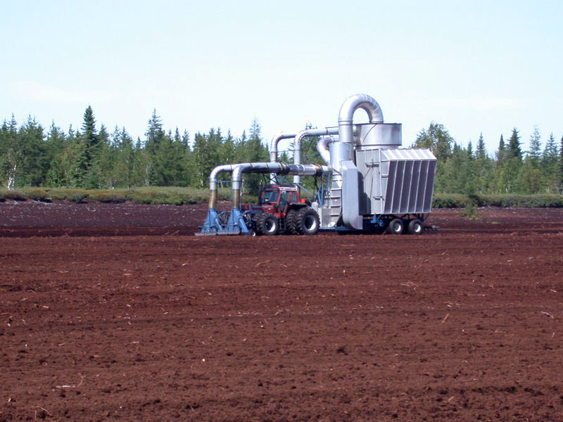 Peat harvester with 2 heads